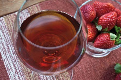 Вино из клубники — простые рецепты