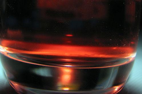 Приготовление коктейлей с экзотическим темным ромом