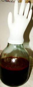 Определение готовности домашнего вина с помощью резиновой перчатки