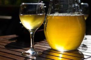 Сухое белое вино домашнего приготовления